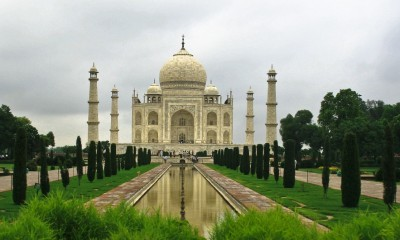 Taj-Mahal-in-Agra-garden