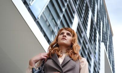 kobieta z biurowcem