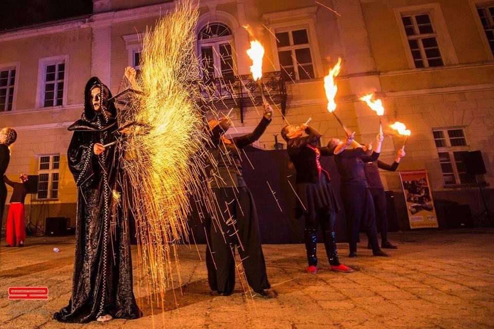 Zdjęcie wykonane podczas plenerowego spektaklu ,,Veni, vidi wici,, będącego połączeniem Giant Puppet i Fire Show na podstawie mitu o Arachne. Reżyseria Joanna Stanowska. Krotoszyński Festiwal Ognia.