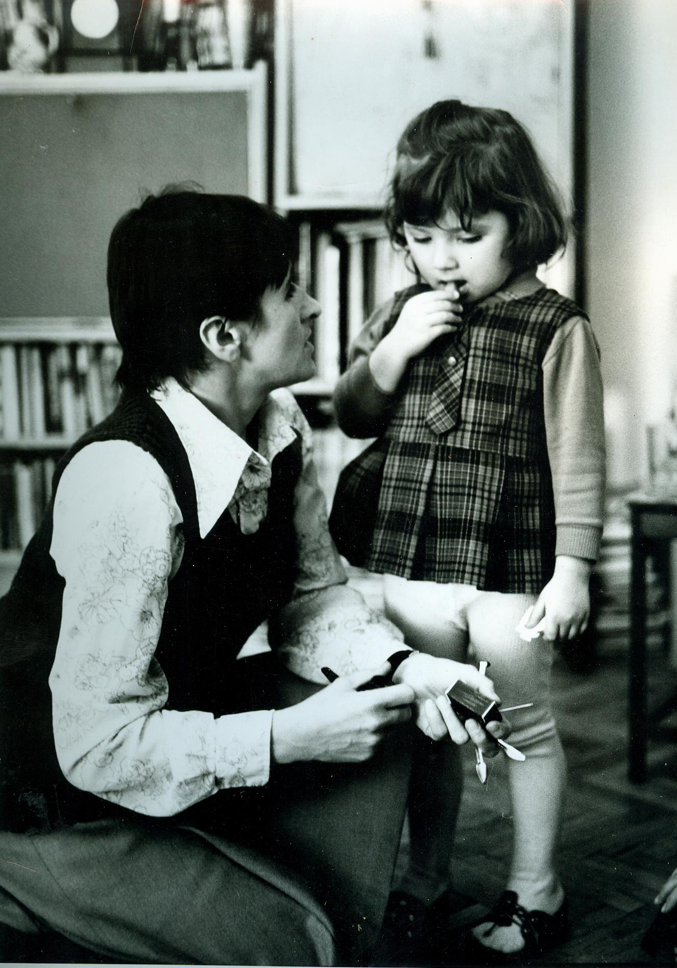 Mała Marianka z mamą, 1974. fot. archiwum prywatne Marianny Syrokomskiej